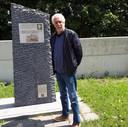 Wim Anceaux bij het monument ter nagedachtenis aan de zeven militairen die om het leven kwamen op 13 mei 1940.