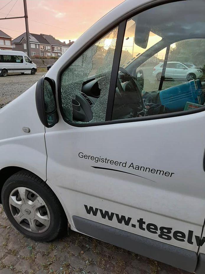 Onbekenden gooiden het raam in en gingen met werkmateriaal aan de haal.