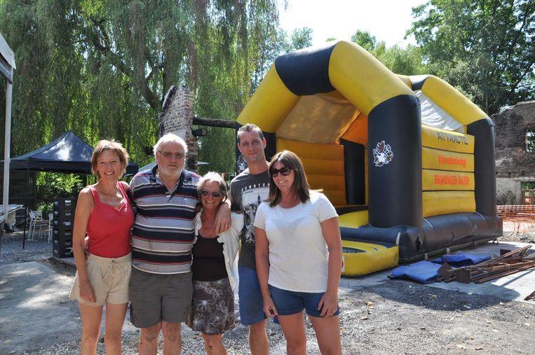 Eigenaars Johan en Christa met hun dochter en rechts Glenn Vervynckt en Vanessa Monbalieu bij de opbouw van de benefiet bij de afgebrande kinderboerderij.