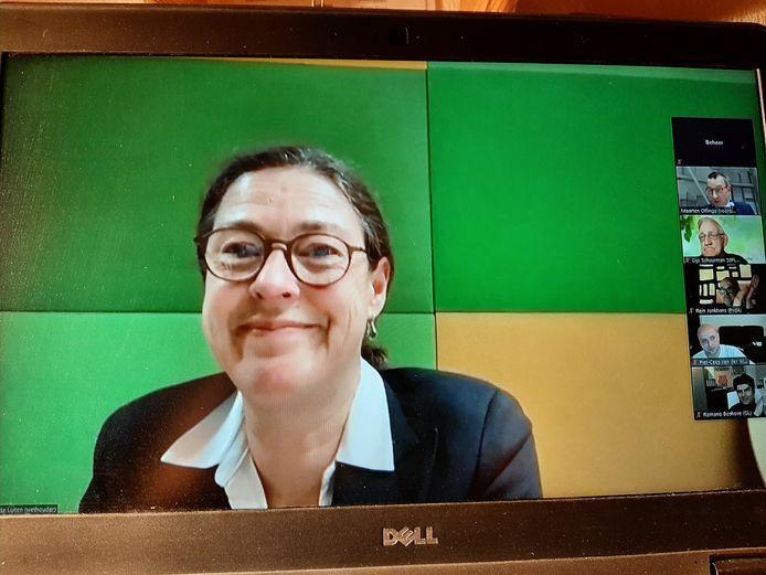 Met een brede glimlach neemt Gitta Luiten afscheid als wethouder tijdens de online zoom-vergadering van de gemeenteraad van Hardenberg. Ze kreeg een 'zittende ovatie' van de aangesloten raadsleden.