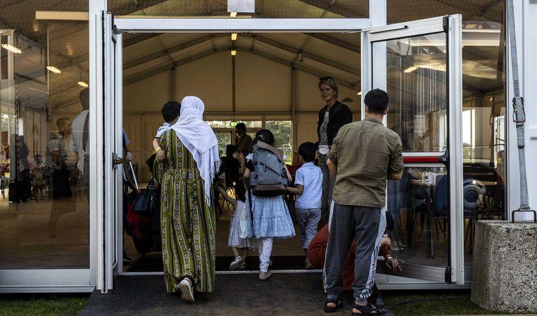 Afghaanse vluchtelingen worden opgevangen in het noodcentrum van het COA op de Willem Lodewijk van Nassaukazerne in het Groningse Zoutkamp.  Beeld ANP/Vincent Jannink