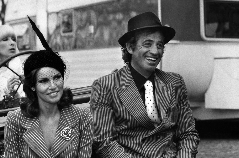Jean-Paul Belmondo samen met de Amerikaanse actrice Raquel Welch in 1977. Beeld AFP