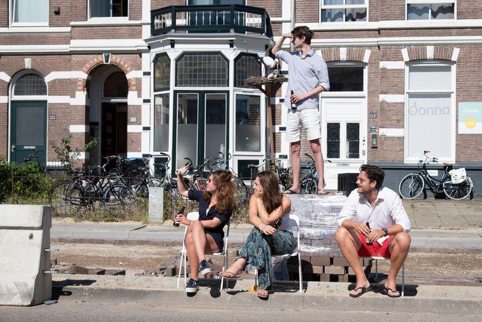 Deze studenten wonen aan de Sint Annastraat in Nijmegen, dit jaar níet de Via Gladiola tijdens de Vierdaagse.