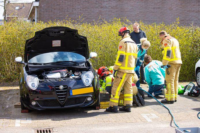 De man is door de brandweer onder de auto vandaag gehaald.