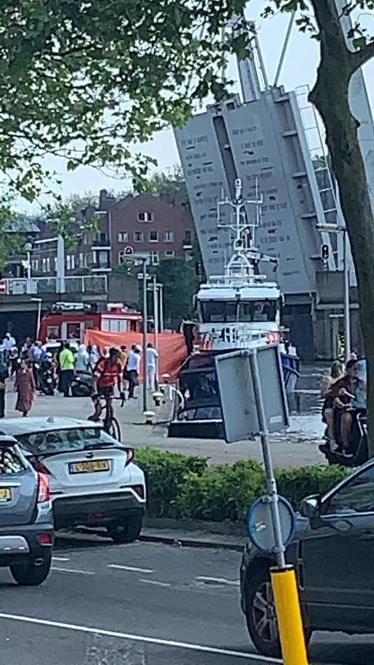 De inzet van de hulpdiensten trok gistermiddag veel bekijks in Rotterdam-West