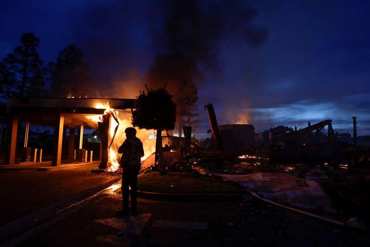 Brandstichting tijdens rellen in Californië. De onlusten hebben zich over het hele land verspreid. Beeld AP