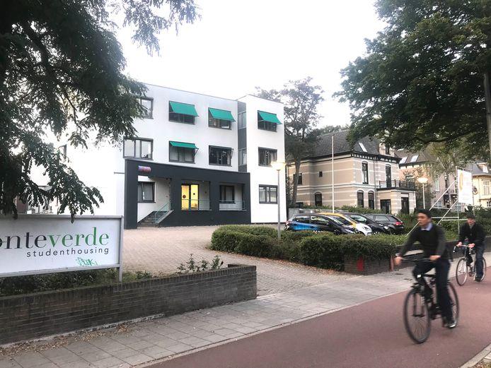 Arnhemsestraatweg 348. In dit pand worden 130 vluchtelingen gehuisvest.