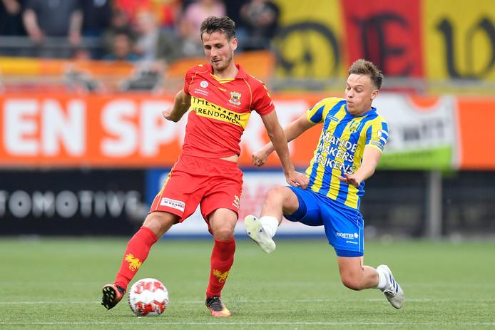 Paco van Moorsel en Daan Rienstra vechten om de bal in de heenwedstrijd. Vanavond treffen Go Ahead Eagles en RKC Waalwijk elkaar opnieuw. De strijd om promotie naar de Eredivisie is nog volledig open.