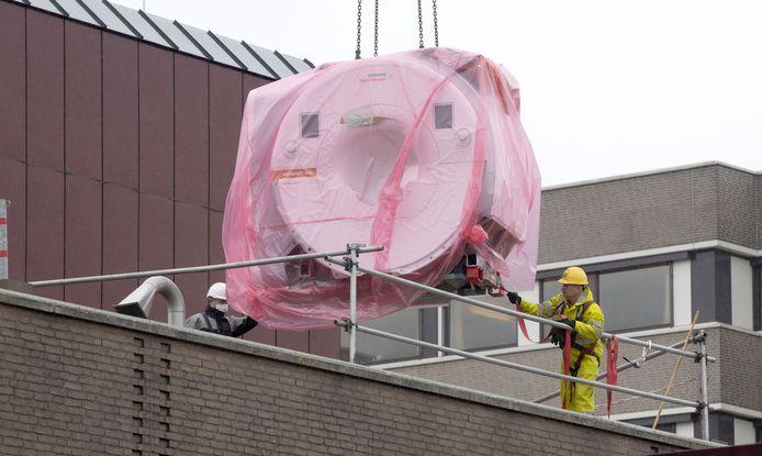 De nieuwe MRI van ZGT Almelo ging per kraan via het dak naar binnen.