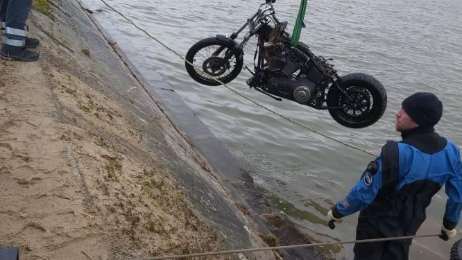 Politie haalt Harley-Davidson uit kanaal