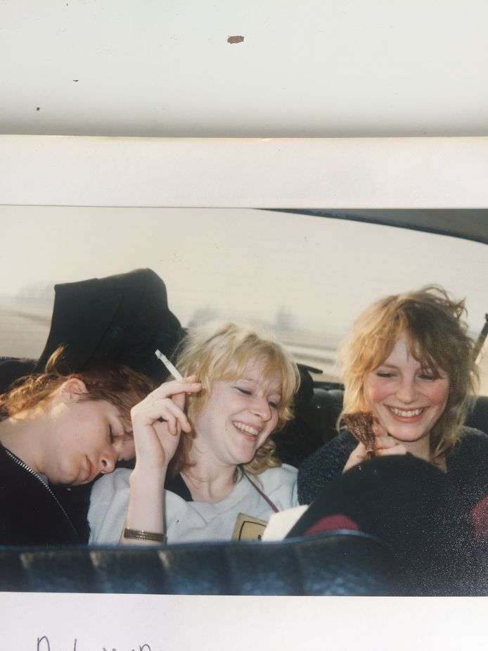 Pam van der Veen (rechts met blond haar) na een hele nacht niet slapen in 1986.