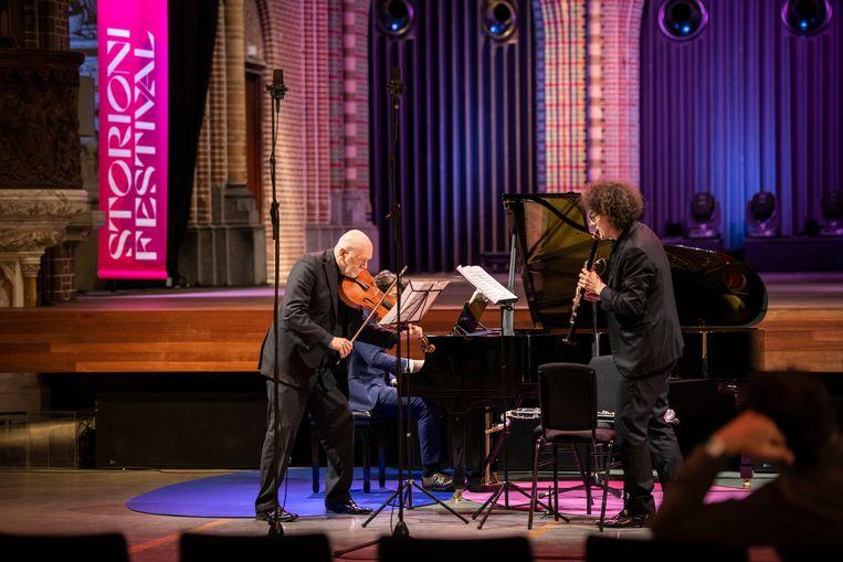 Brett Dean (altviool) treedt op in eigen werk, met Julien Hervé (klarinet) en Thomas Beijer (onzichtbaar). Beeld Max Kneefel