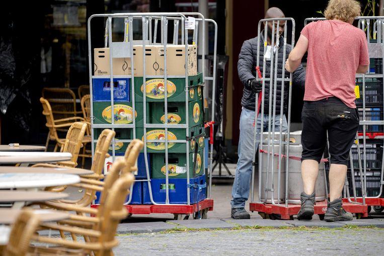 Fusten en kratten bier worden bij café's in Utrecht bezorgd in aanloop naar de versoepelingen voor de horeca. (25/06/2021) Beeld EPA
