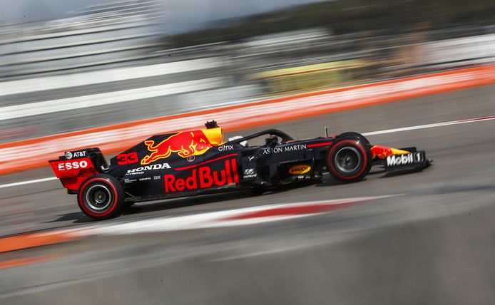 Max Verstappen in zijn Red Bull-bolide, met een motor van Honda.