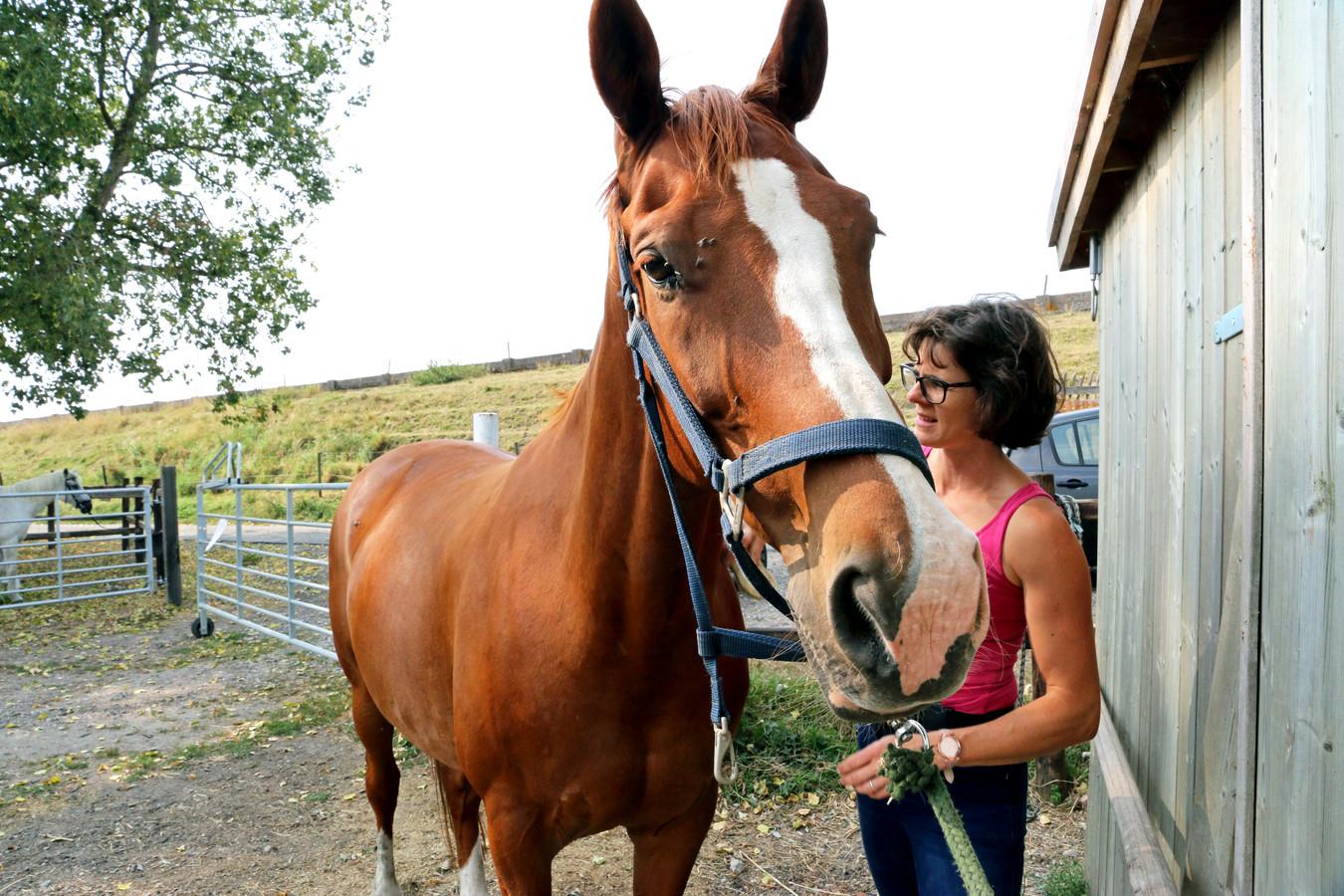 Syvia Blom met haar paard Arie bij de manege Farm Adventure in het buurtschap Paradijs.