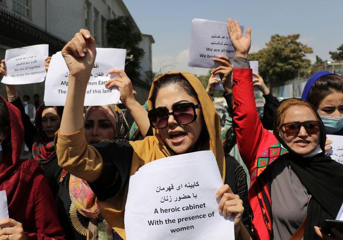 Vrouwen eisen gelijke rechten voor mannen en vrouwen tijdens een protestactie in Kaboel, eerder vandaag.