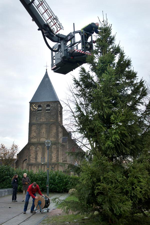 Het plaatsen van de grote kerstboom in Rheden in 2013.