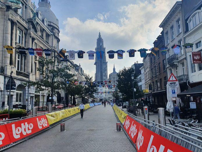 Het parcours, dat aan de Grote Markt vertrekt, werd alvast in thema feestelijk versierd.