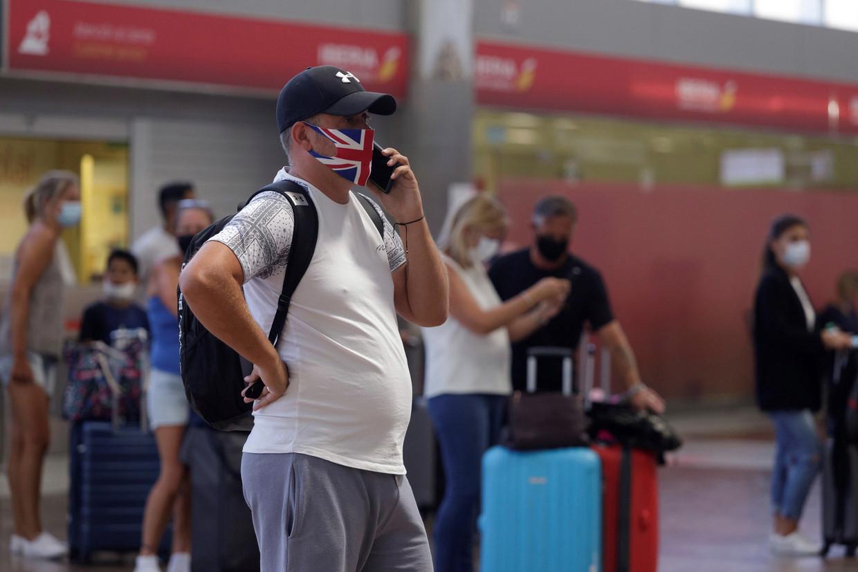 Een Britse toerist in de luchthaven van Tenerife.  Beeld EPA