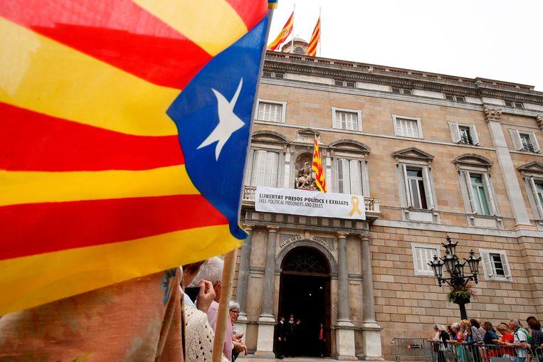 Aan het regeringsgebouw in Barcelona hangt sinds vorige week een spandoek om de vrijheid te vragen voor de opgesloten Catalaanse ex-ministers.
