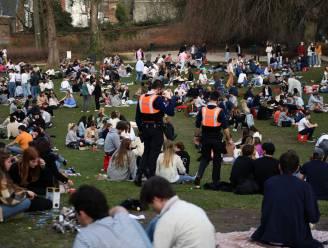 """Politie sluit stadspark opnieuw af wegens te veel volk: """"We spreken ze aan om op te splitsen, maar zodra we onze rug draaien, zitten ze opnieuw samen"""""""