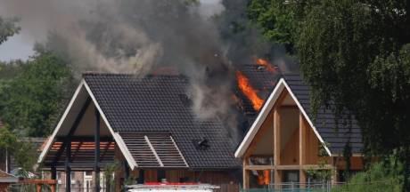 Grote brand in woning in Gassel, vlammen slaan uit het dak