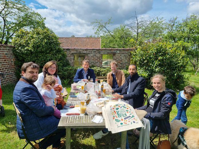 De Week van de Korte Keten inspireerde staatssecretaris en Vlaams-Brabander Sammy Mahdi (CD&V) op Pinksterszondag. Hij trok voor een picknick naar Beersel.