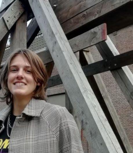 Bente (16) uit Apeldoorn neemt afscheid van wereldrecordkatapult overleden vader: 'Lastig moment'