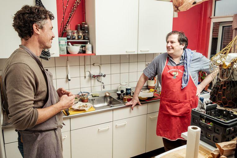 Gilles van der Loo kookt met Sabry Amroussi, in de keuken van diens vriendin. Beeld Jakob van Vliet