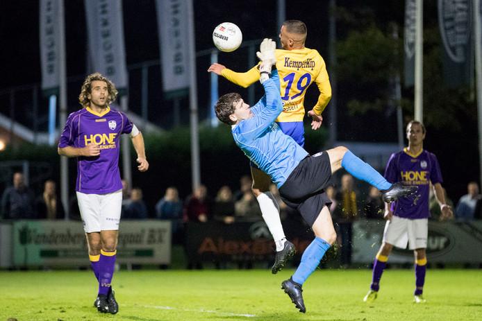 De Graafschap-spits Jordy Thomassen in duel met doelman Menno de Jong van VVSB.