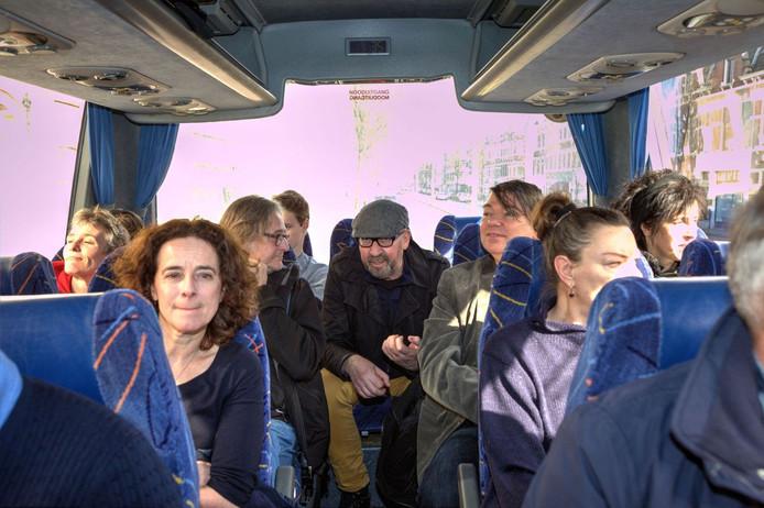 Geintjes en sappige verhalen onder de deelnemers van de eerste tour met in het midden Gruppo Sportivo-zanger Hans Vandenburg