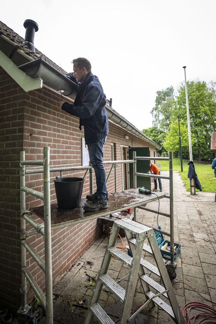 Het repareren van de goten was één van de vele klusjes die de scouts van de Dr. Ariënsgroep moesten klaren op de dag van NL Doet.