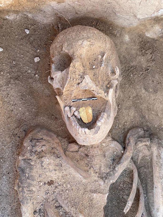 De restanten van een mummie met gouden tong aan de Taposiris Magna-tempel.