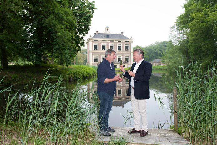 Wouter Koning (rechts), eigenaar van landgoed Park Den Alerdinck, hier samen met Casper de Vries voor aanvang van een eerder festival op het terrein.