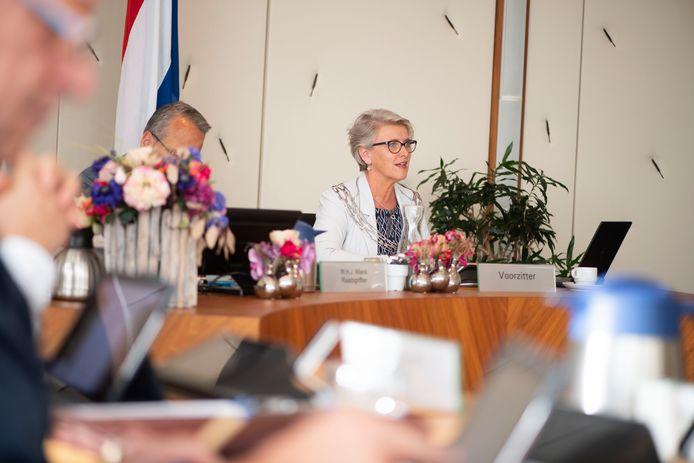 Burgemeester Doret Tigchelaar, hier in een raadsvergadering, verwacht niet dat in de Wierdense horeca goed valt te controleren op de nieuwe coronaregels.