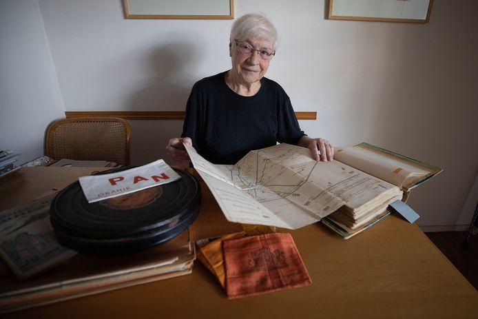Katinka Hermans bij het uitgebreide archief over het verzetswerk van haar vader.