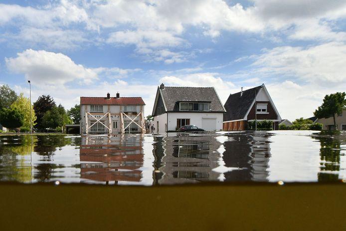 Tal van woningen langs het kanaal zijn gestut. Maar grondonderzoek is nog niet gedaan.