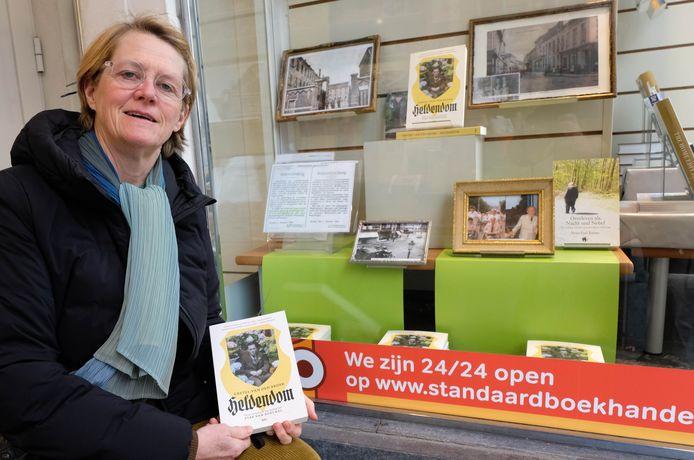 Gretel Van den Broek voor de Standaard boekhandel in Lier, waar een speciaal hoekje werd ingericht met oude foto's en documenten omtrent de Tweede Wereldoorlog.