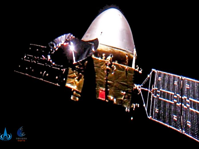 De Chinese ruimtesonde Tianwen-1 met de onbemande verkenner Zhurong aan boord onderweg naar Mars.