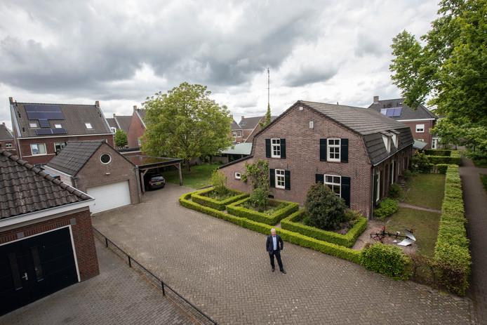 Jan Roefs bij zijn boerderij tussen de woningen van Brandevoort in Helmond