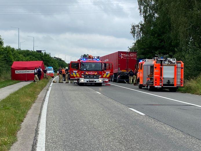 MECHELEN - De chauffeur (44) overleefde de harde klap met de oplegger van de vrachtwagen niet.