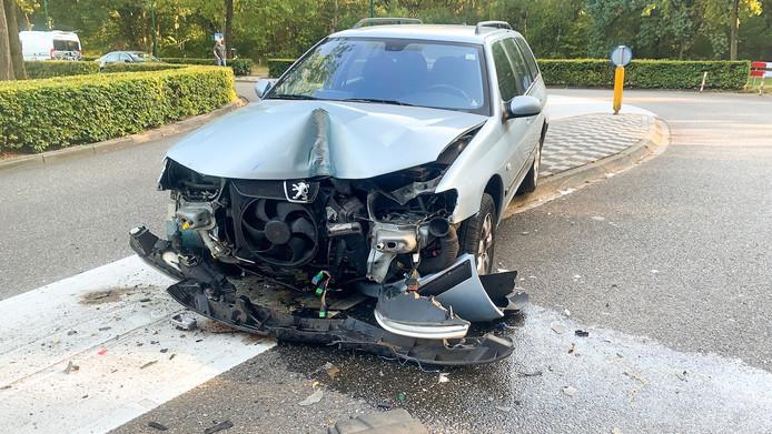 Een auto is uit de bocht gevlogen in de Burgemeester Mollaan bij Aalst.