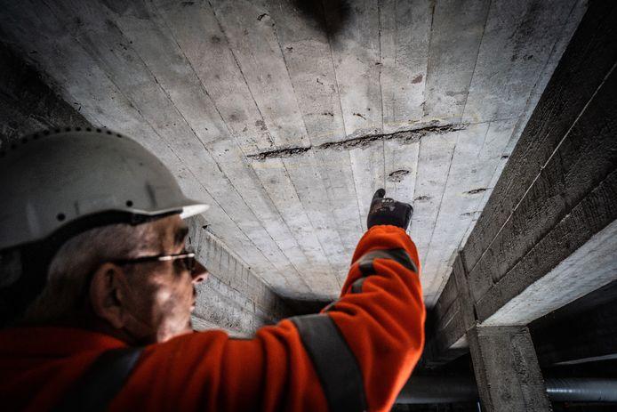 Op sommige plekken in het viaduct sijpelt water door lekken de constructie binnen.