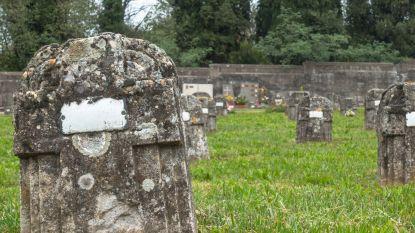 Man vernielt graf van schoonouders door er met auto over te rijden