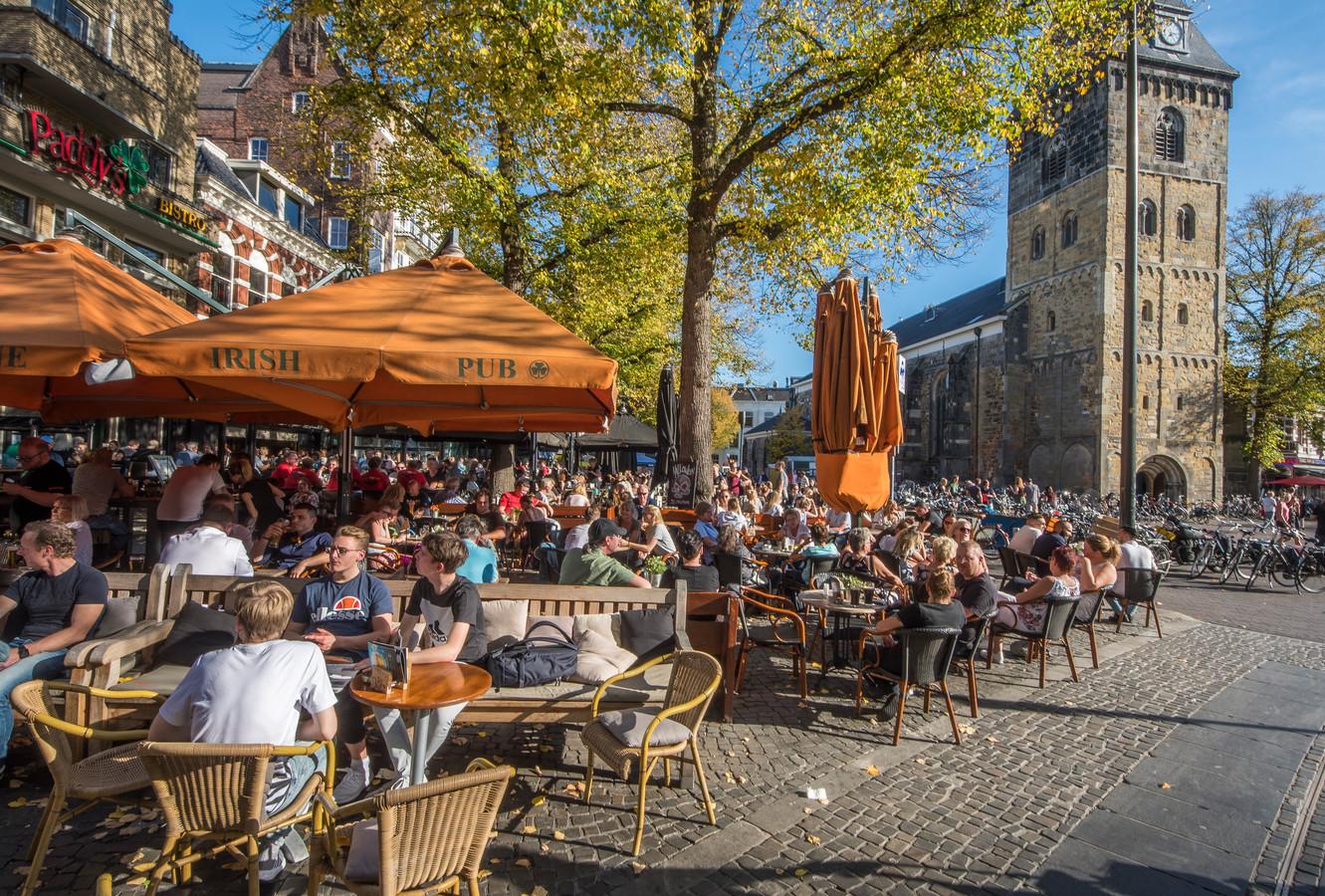 Drukte op het terras in Enschede