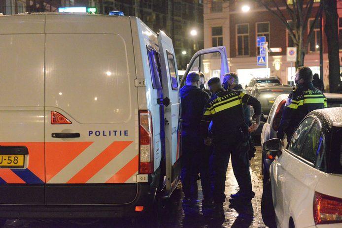 De politie heeft in Den Haag 13 personen aangehouden voor illegaal gokken.