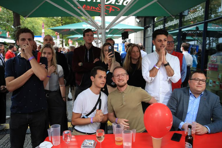 Aanhangers van de sociaaldemocratische SPD wachten de eerste peilingen in spanning af.  Beeld REUTERS