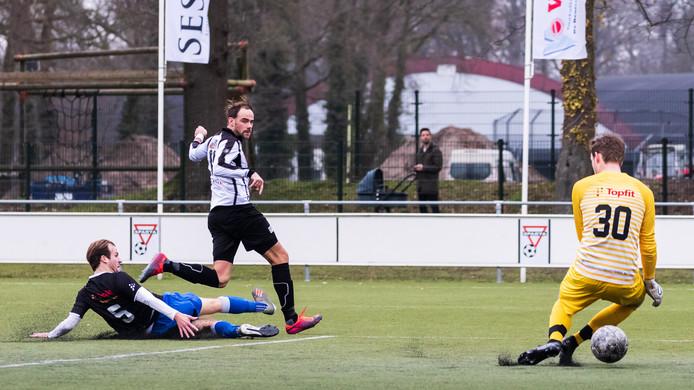 Danny Reinders scoorde voor Sparta Enschede de gelijkmaker, maar hij verloor met de tweedeklasser alsnog: 1-3.