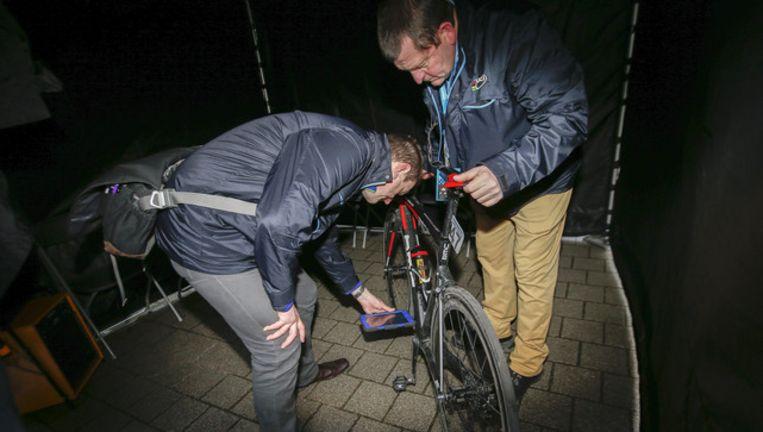 Controleurs van de UCI nemen de fiets van Greg Van Avermaet onder de loep na zijn overwinning in de Omloop. Beeld photo_news