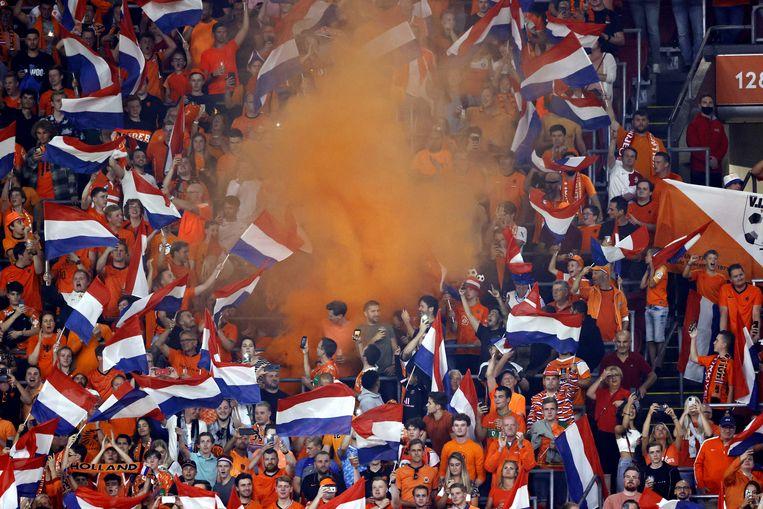 Supporters op de tribune tijdens de WK-kwalificatiewedstrijd tussen Nederland en Turkije in de Johan Cruijff Arena, dinsdagavond.  Beeld ANP
